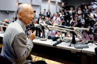 詰めかけた報道陣を前に会見する大村智・北里大特別栄誉教授=2015年10月