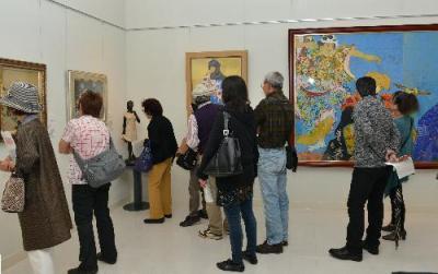 たくさんの来館者でにぎわう韮崎大村美術館=2015年10月7日、韮崎市神山町鍋山