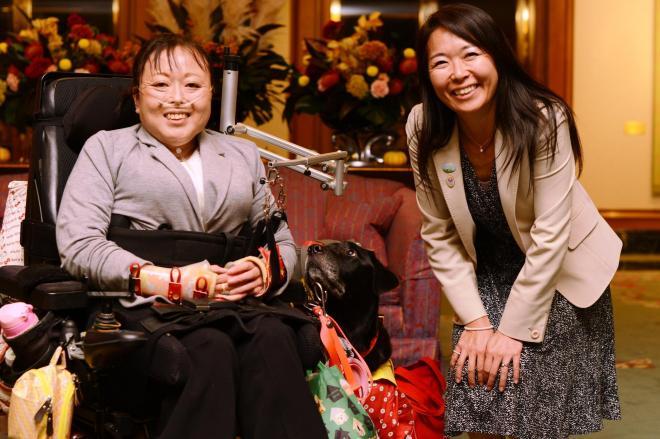 補助犬法「生みの親」の高柳友子さん(右)と、横浜市の介助犬ユーザー・佐藤美樹さん。中央に介助犬「いろは」=長谷川健撮影