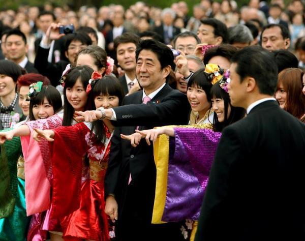 「桜を見る会」でももいろクローバーZのメンバーらと記念写真に納まる安倍晋三首相(中央)=2013年4月20日