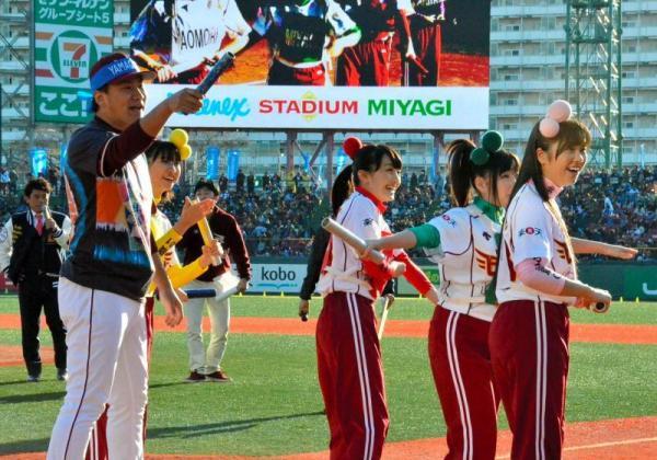 田中将大投手(左)と特別ゲストとしてイベントに参加した、ももいろクローバーZのメンバー=2013年11月23日