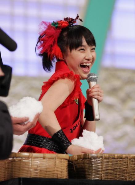 たくさんの塩を手にして笑顔を見せるももいろクローバーZの百田夏菜子さん=2013年2月9日