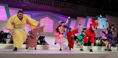 ももいろクローバーZと一緒に踊る力士たち=2013年2月、東京都墨田区