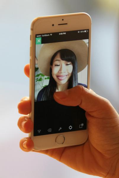 スマートフォンを手に変顔を披露する大関れいかさん=竹谷俊之撮影