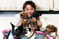愛犬に囲まれる坂上忍さん=2012年9月18日