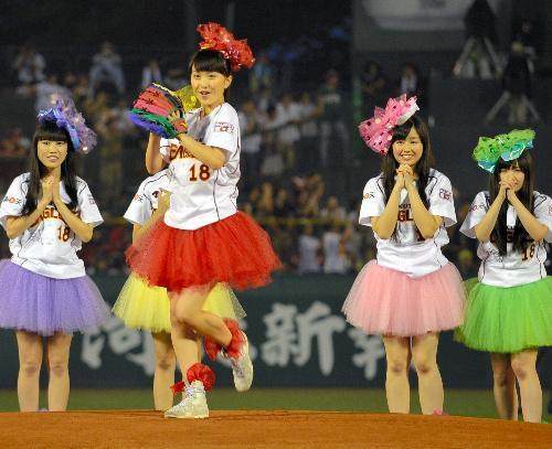 始球式を行う「ももいろクローバーZ」の百田夏菜子さん=2013年9月3日、Kスタ宮城、高津祐典撮影