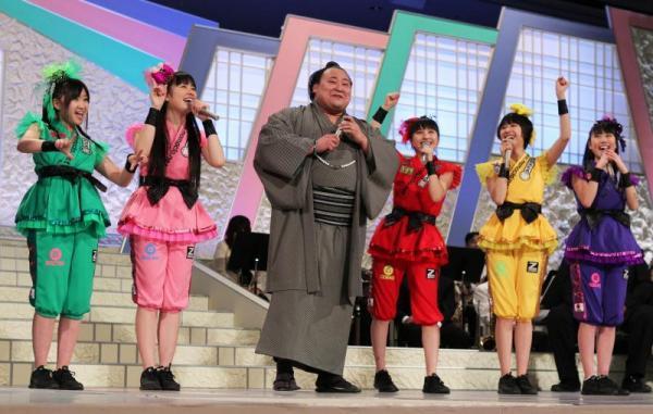 ももいろクローバーZと共演した旭日松(中央)=2013年2月9日