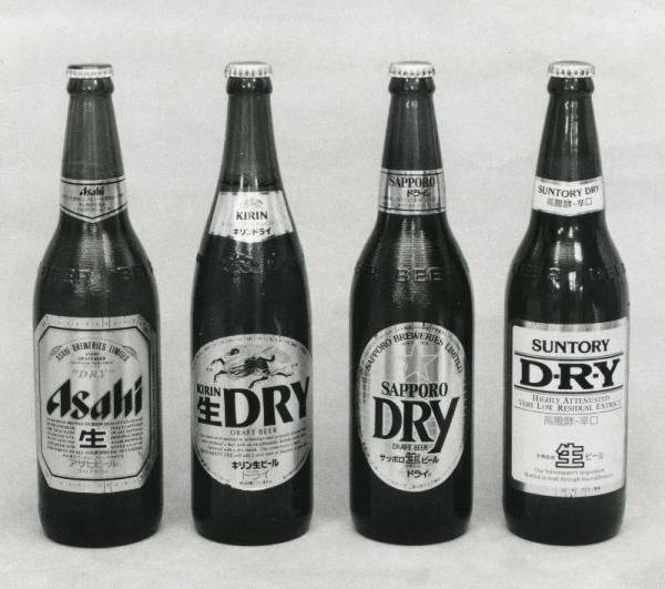 1988年、アサヒビールの「スーパードライ」の大ヒットでほかの3社も追随、出そろった4社のドライビール=1988年2月