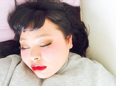 インスタに投稿された「寝顔写真」。ハッシュタグは「#絶対寝てない」「#誰が撮ったんだよ」「#自撮りだろ」
