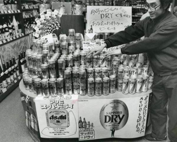 アサヒビールの大ヒット商品「スーパードライ」の後を追って、「キリンドライ」「サントリードライ」「サッポロ★ドライ」が相次いで発売され、ドライ戦争がスタートした。写真は店頭に並んだ4社のドライビール=1988年2月