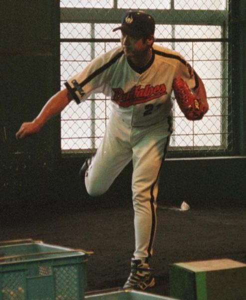 復活を目指し、投球練習をする盛田幸妃投手=1999年