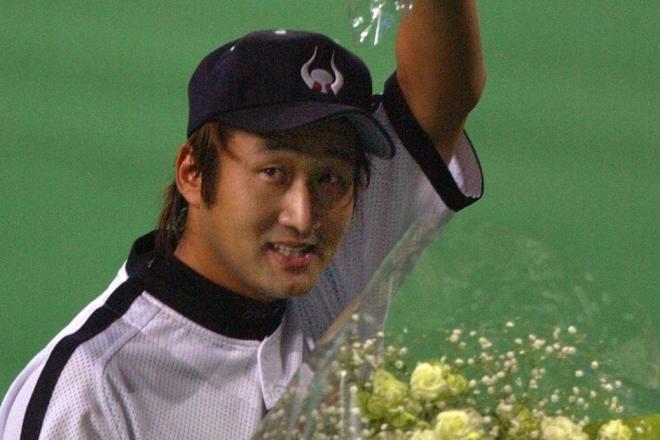 引退試合で先発のマウンドを降り、花束を妻がいるスタンドに向かって振る盛田幸妃選手