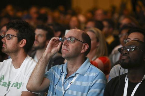 グーグルグラスでスピーカーを見つめる、グーグルのカンファレンス出席者=2014年6月