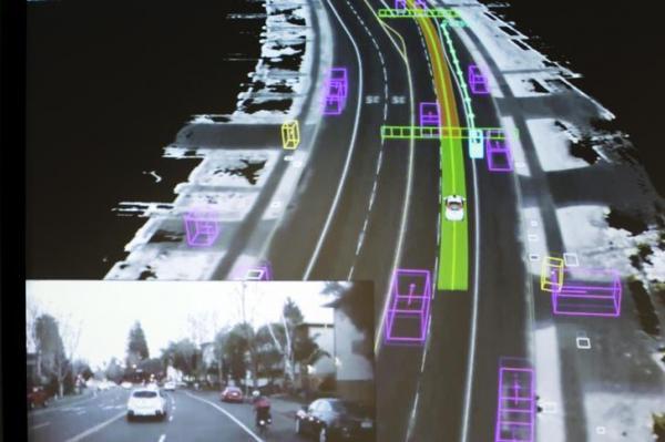 グーグルの自動運転車の試作車が道路状況をどのように把握しているか可視化したイメージ=2015年9月、ロイター