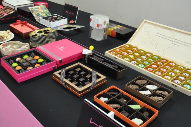 バレンタインにむけて集められた様々な種類のチョコレート=2015年1月30日、札幌市中央区の大丸札幌店