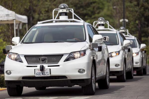 列になって移動するグーグルの自動運転車の試作車=2015年9月、ロイター