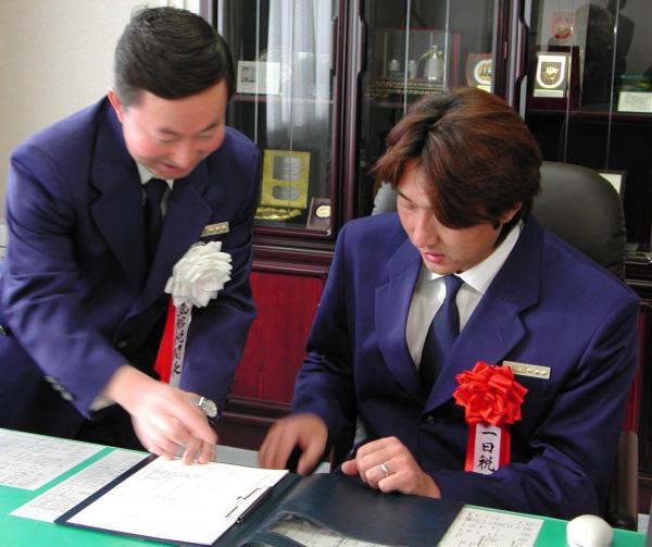 一日税関長を委嘱された盛田幸妃投手(右)=2001年