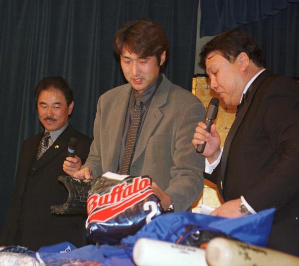 自分のグラブなどをチャリティーオークションにかける近鉄の盛田幸妃投手=2000年