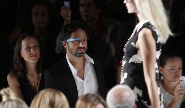 ダイアン・フォン・ファステンバーグでグーグルグラスをつけて現われたモデルを眺めるグーグル共同創業者のセルゲイ・ブリン氏=2012年9月、ロイター