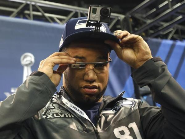 ウェアラブルカメラとグーグルグラスを装着したNFLのゴールデン・テイト選手=2014年1月