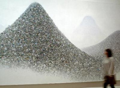 サラリーマンの死体が山積みになった「灰色の山」(部分)=2010年5月、東京都新宿区市谷田町のミヅマアートギャラリー