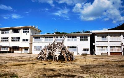 """休校中の男木小中学校全体がアートの舞台に。中央は「男木島土人プロジェクトのための""""土人の神殿""""」(会田誠さん制作)=2013年10月、高松市の男木島"""