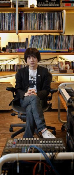 フリッパーズ・ギター解散後の93年に「コーネリアス」としてソロ活動を始めた小山田圭吾さん=2006年