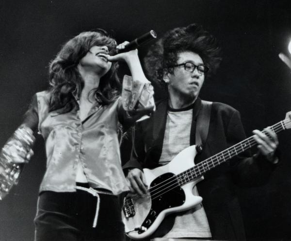 ロックバンド「ピチカート・ファイヴ」の野宮真貴さん(左)と小西康陽さん=1995年