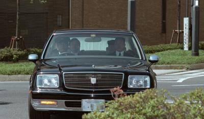 公用車として重宝されるセンチュリー。皇太子さまと雅子さまを乗せて皇居に入る=2001年4月16日