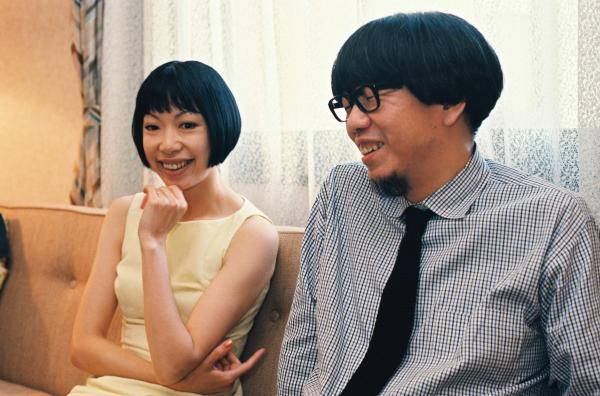 インタビューにこたえるピチカート・ファイヴの小西康陽さんと野宮真貴さん(左)=1997年