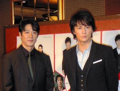 映画「容疑者Xの献身」に出演した福山雅治さん(右)と堤真一さん(左)=2008年10月