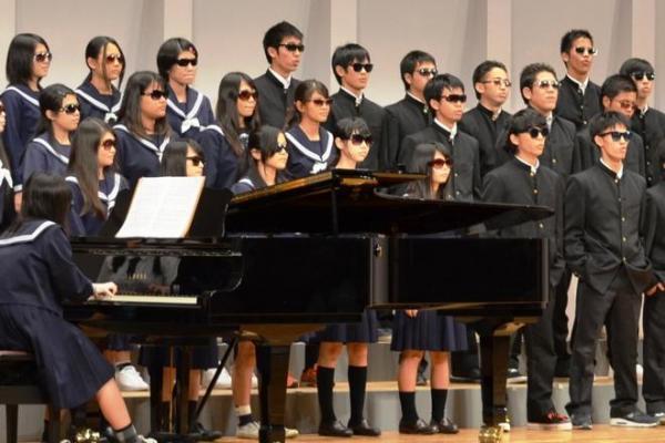 全員サングラス姿で歌った3年生のあるクラス