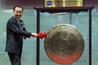 香港の証券取引所でドラをたたく王健林氏