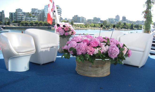 カナダで収録した際のセット。文枝さんの椅子だけは日本から持ち込んだ