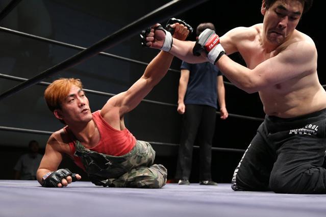 障害者プロレス「ドッグレッグス」の試合。緊張感で包まれた、二分脊椎症の鶴園誠選手と関口洋一郎選手の熱戦=遠藤啓生撮影