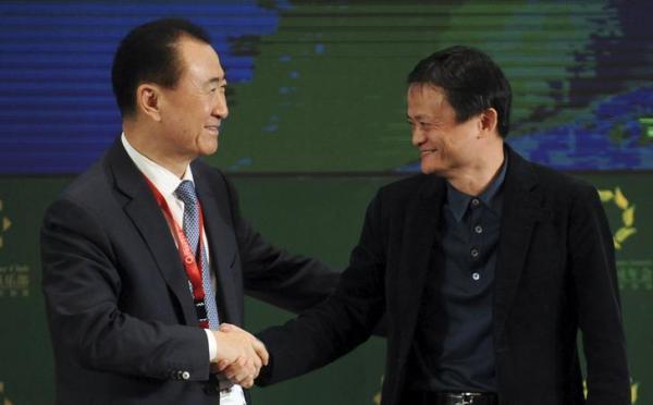 アリババの馬雲氏と握手をする王健林氏=2015年4月、ロイター