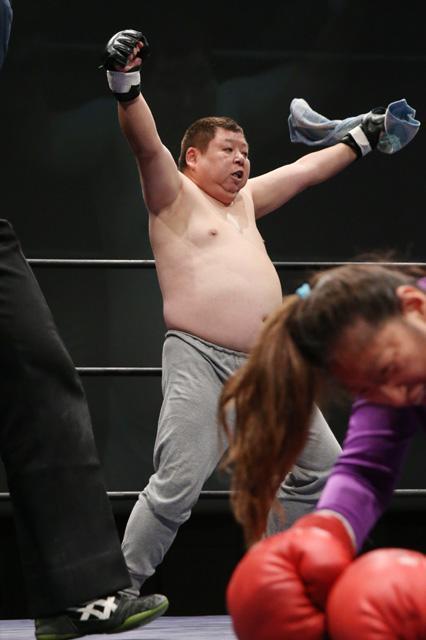 ガッツポーズをする知的障害の天才まるボン選手=遠藤啓生撮影