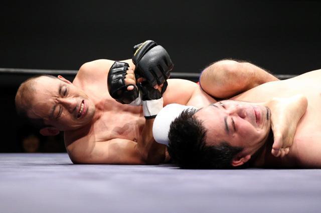 リング上で寝技を仕掛ける脳性まひのサンボ慎太郎選手(左)=遠藤啓生撮影