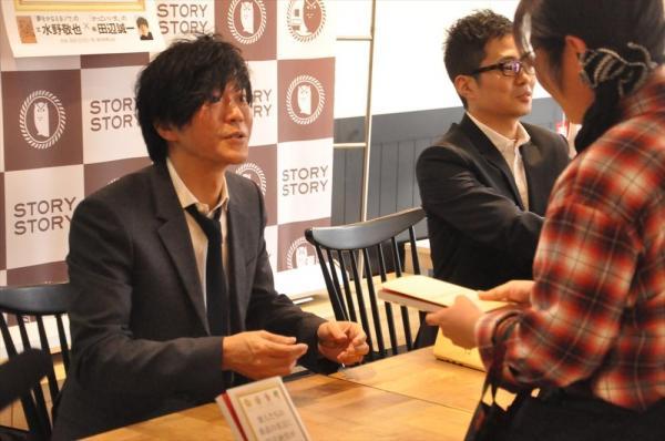サイン会でファンと交流を深める田辺誠一さん