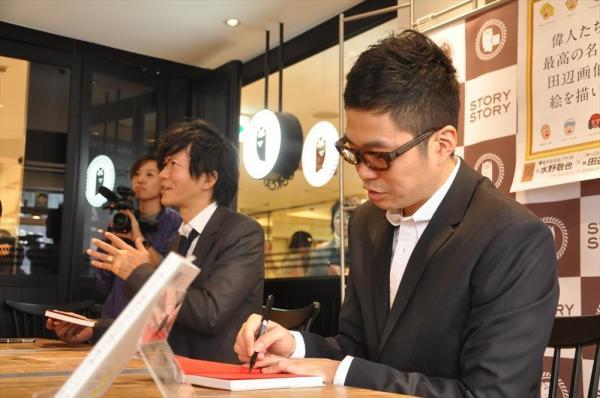 ファンと交流しながらサインをする2人