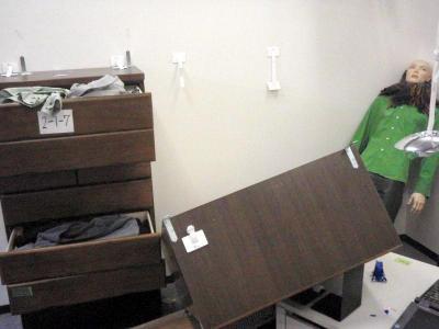裏側に板がない壁に取り付けた家具。L型金具のねじが飛んでたんす(中央)が倒れた