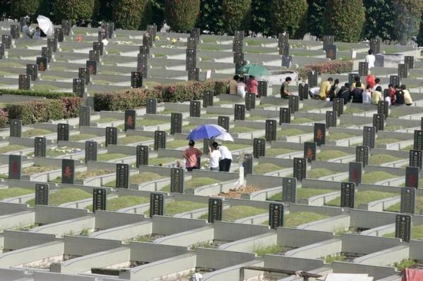 「清明節」に墓地を訪れる中華系の家族=2009年4月、マレーシアのクアラルンプール