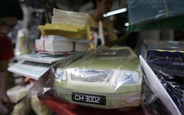 「清明節」用に売られている紙製の車=2011年4月