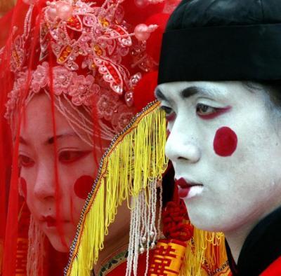 「冥婚」をイメージした衣装に身を包む、香港のアーティスト=ロイター