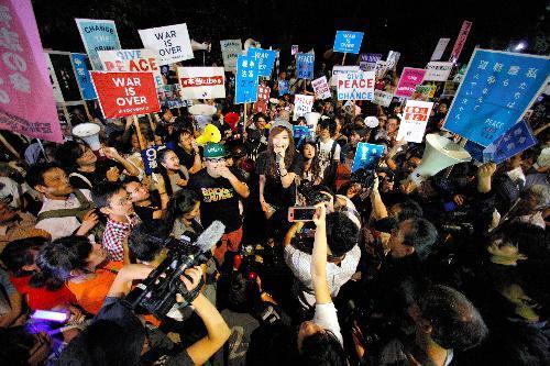 安保法制に反対し声をあげる若者たち=2015年9月15日