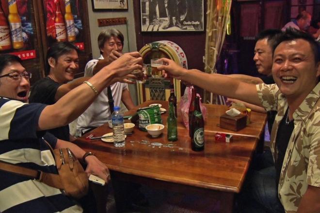 11月5日(木)放送予定の台南の「入りにくい居酒屋」で乾杯する人たち