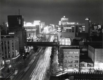 1960年7月。通行する車のヘッドライトが光る夜の銀座晴海通り