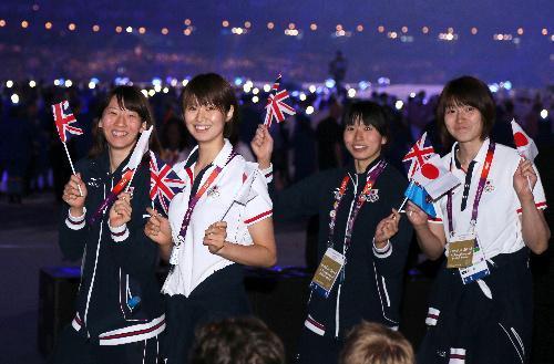 英国旗と日の丸を振って笑顔をみせるバレーボール女子の(左から)江畑幸子、木村沙織、新鍋理沙、狩野舞子選手