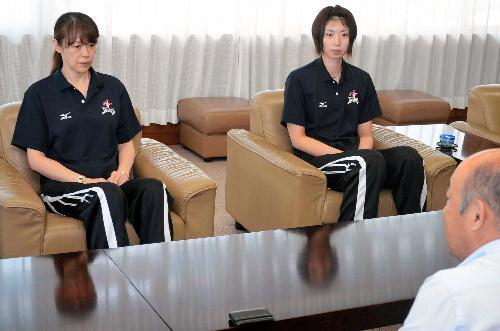 中田久美監督(左)と岩坂名奈選手