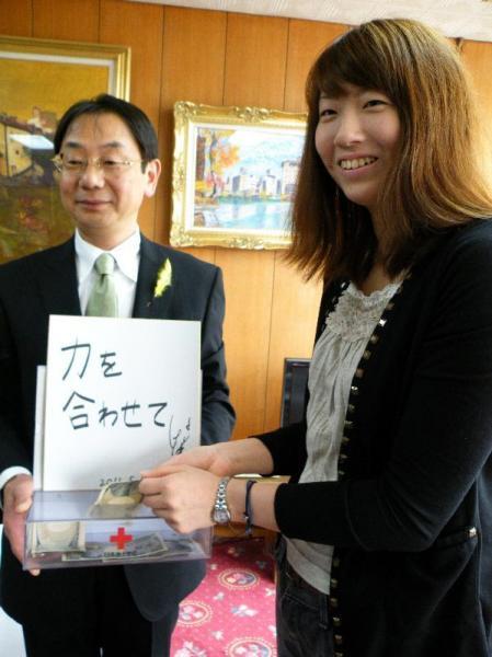 秋田市の穂積志市長(左)を訪問し、東日本大震災の被災者への義援金と「力を合わせて」と書かれた色紙を贈る江畑幸子選手